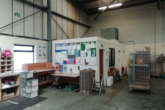 Unit 3, Bilton Industrial Estate, Bracknell, Industrial To Let - IMG_20200625_093328_resized_20200625_022235891.jpg